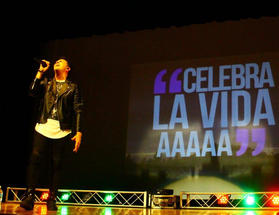 Emir Sensini singing to educate students about Spanish.