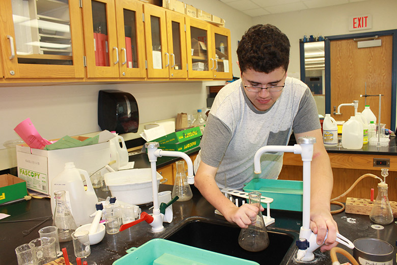 Senior+Josh+Lindenberger+cleans+out+a+beaker+after+practicing+his+lab+skills+in+chemistry+class.