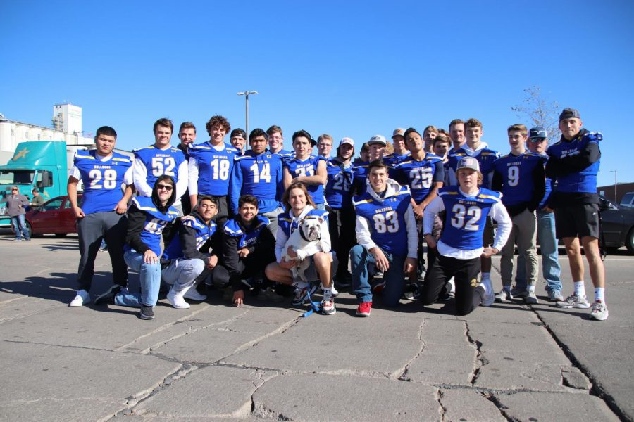 The+Bulldog+Football+team+poses+for+a+photo+at+the+community+pep+rally.+%22It%27s+cool+that+everybody+came+together%2C+and+there+was+a+lot+of+pride+involved%2C%22+said+senior+Dalton+Caley.
