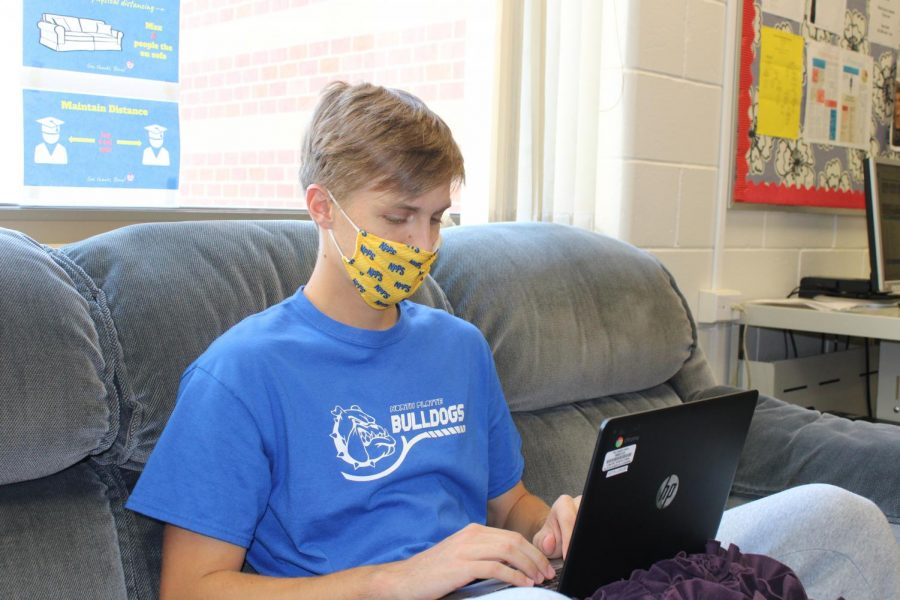 Senior+Ethan+Mercer+uses+a+school-issued+Chromebook%2C+similar+to+that+of+the+one+he+used+while+quarantining+at+home.+
